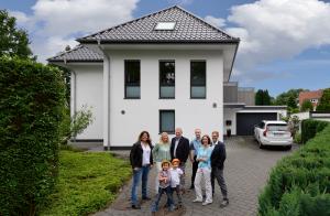 Familie Jurkeit vor dem Buerogebaeude in Bremerhaven